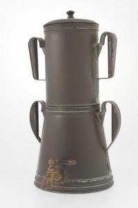 Enrico Maltoni fabbricazione Italiana, realizzata in latta stagnata lavorata a mano_pomello in legno_rubinetto in ottone